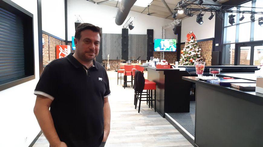 le PDG de Rhinos Pierrick Briand dans le restaurant d'entreprise où il a annoncé aux salariés leur prime défiscalisée de 1.000 euros. Grosse émotion à la clé.