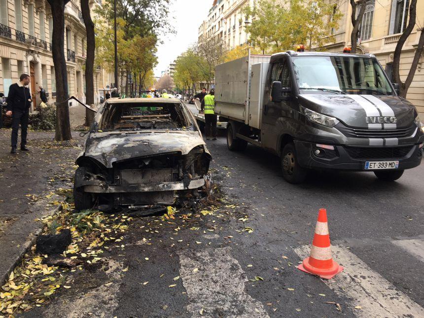 Les carcasses de voitures brûlées n'avaient pas toutes été évacuées dimanche.