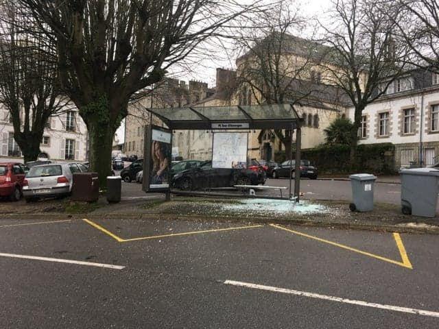 Un abribus détruit à Quimper, place de la Tour d'Auvergne