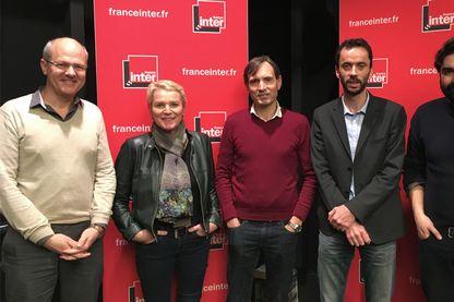 De droite à gauche : Fabrice Arfi (Mediapart), Luc Bronner (Le Monde), Jacques Monin (Cellule investigation de Radio France), Élise Lucet (France Télévisions) et Jacques Trentesaux (Mediacités).