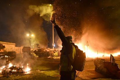 """Manifestation, barricades et incendies, menées par le mouvement des """"gilets jaunes"""" (12 décembre 2018, Le Mans, France)"""