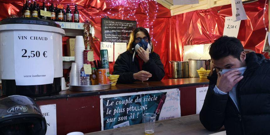 Pendant que sur le marché de Noël, les commerçants se protègent avec des masques à gaz
