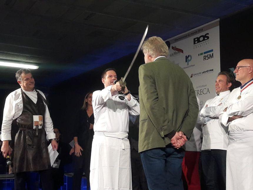 """La cérémonie de remise des prix fut précédée de l'intronisation de plusieurs chefs au rang de """"chevalier du pâté-croûte"""""""