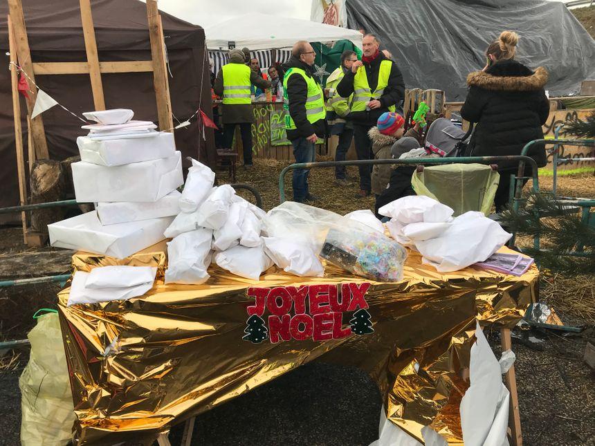 Les gilets jaunes ont distribué des cadeaux toute la journée pour des enfants de tous âges