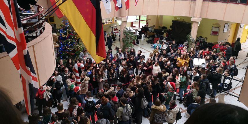 Ambiance défilé dans le grand hall du bâtiment administratif du lycée