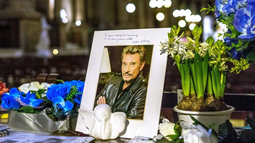 Des fleurs et des photos déposées en hommage à Johnny Hallyday en l'Eglise de La Madeleine à Paris, le 11 décembre 2018