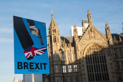 Avec le Brexit, le Royaume-Uni se tire une balle dans le pied... pancarte à proximité du palais de Westminster, le siège du Parlement britannique.