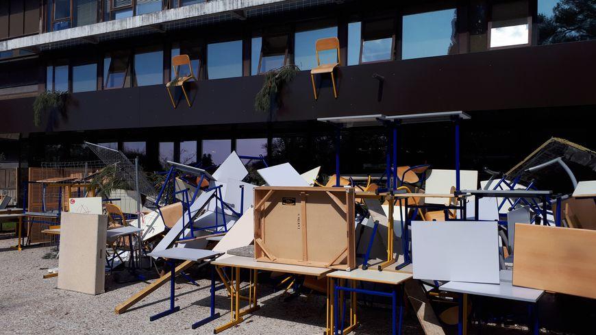 Le mobilier des salles de cours est resté entassé à l'extérieur pendant plusieurs semaines.