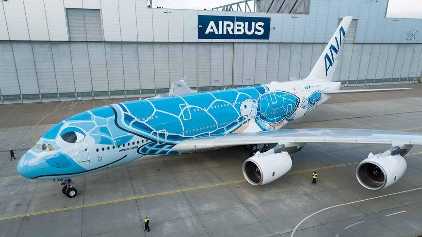 L'A380 à sa sortie du hall de peinture de Hambourg