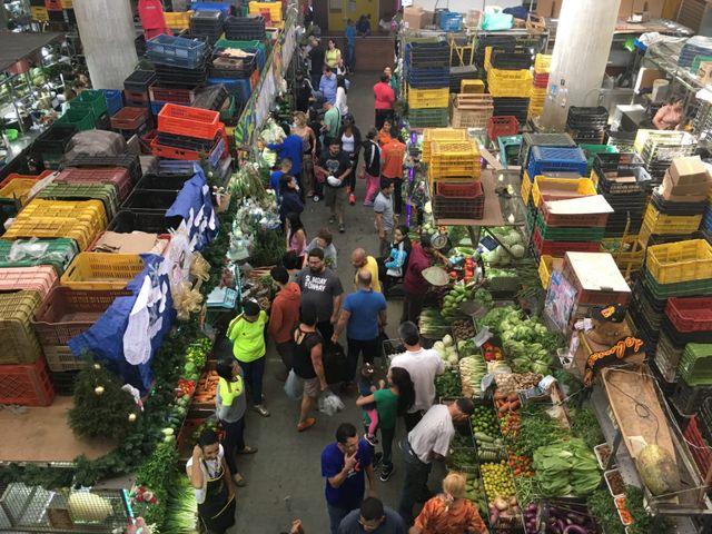 Dans ce marché du centre de Caracas un dimanche matin, les clients se font rares. Les prix ont explosé, et beaucoup sont partis à l'étranger.