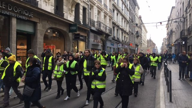 """Environ 500 """"gilet jaunes"""" ont défilé dans les rues stéphanoises ce samedi contre près de 3000 le 15 décembre."""