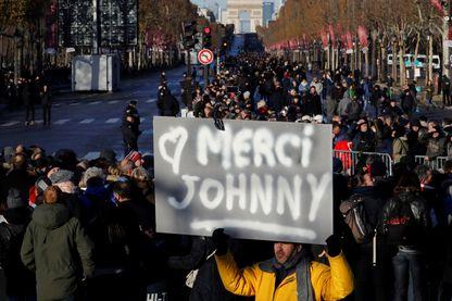Les fans de Johnny étaient des centaines de milliers rassemblés l'an dernier à Paris pour lui rendre un dernier hommage.