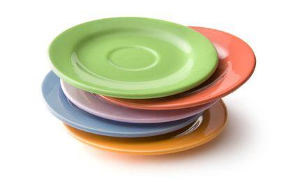 Assiettes colorées.