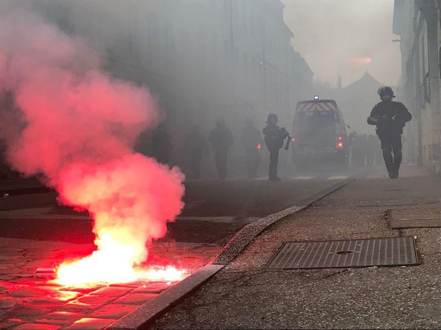 Un fumigène se consume rue Charles Nodier