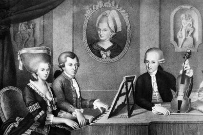 Tableau non daté représentant le musicien allemand Wolfgang Amadeus Mozart (au centre), jouant du clavecin entre sa soeur et son père Leopold Mozart.