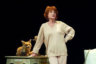 La comédienne Maria Pacôme en répétition en 2002 sur la scène du théâtre de la Gaïté Montparnasse à Paris.