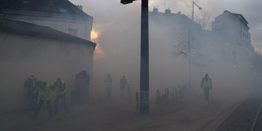 Retour place de la république et rue de la Préfecture, où cette fois les gendarmes mobiles font usage de gaz lacrymogènes