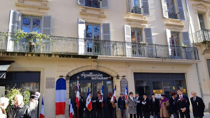 Une cérémonie devant l'ancien Hôtel du Midi