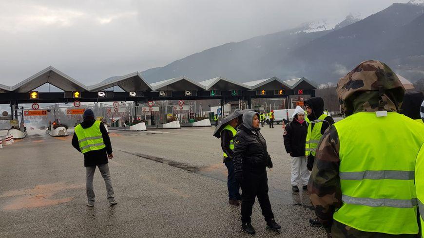 """Des """"gilets jaunes"""" ont lancé une opération """"péage gratuit"""" à Saint-Hélène-sur-Isère (Savoie)."""