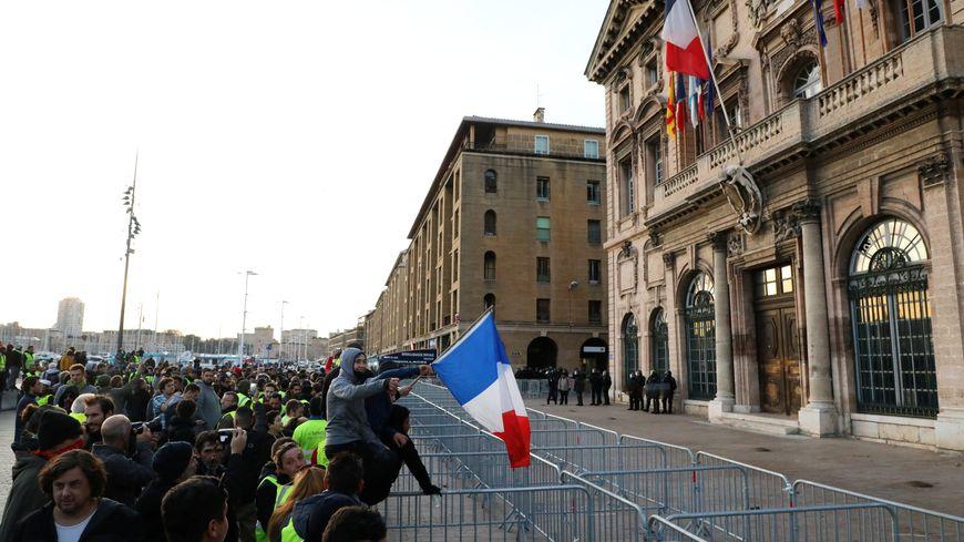 Manifestation devant la mairie de Marseille ce samedi occasionnant des échauffourées