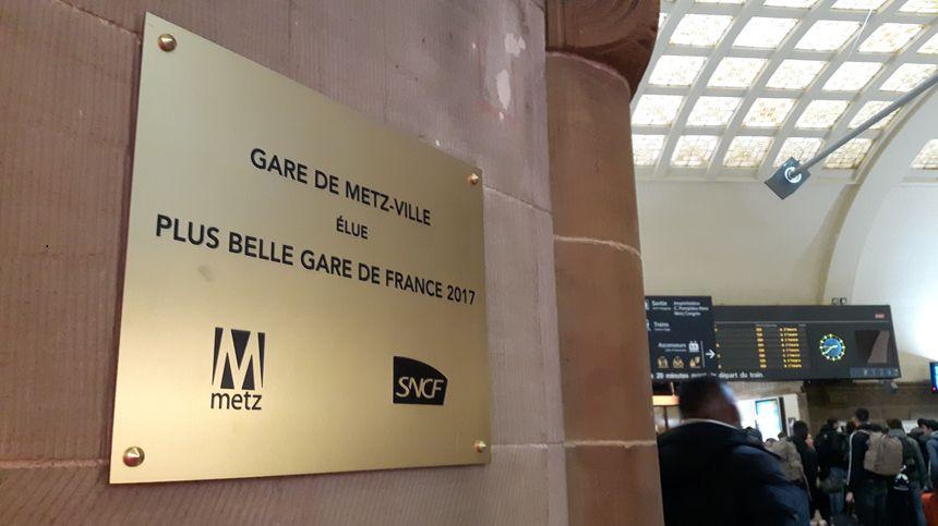 """La plaque rappelant le premier titre de """"Plus belle gare de France"""" en 2017"""