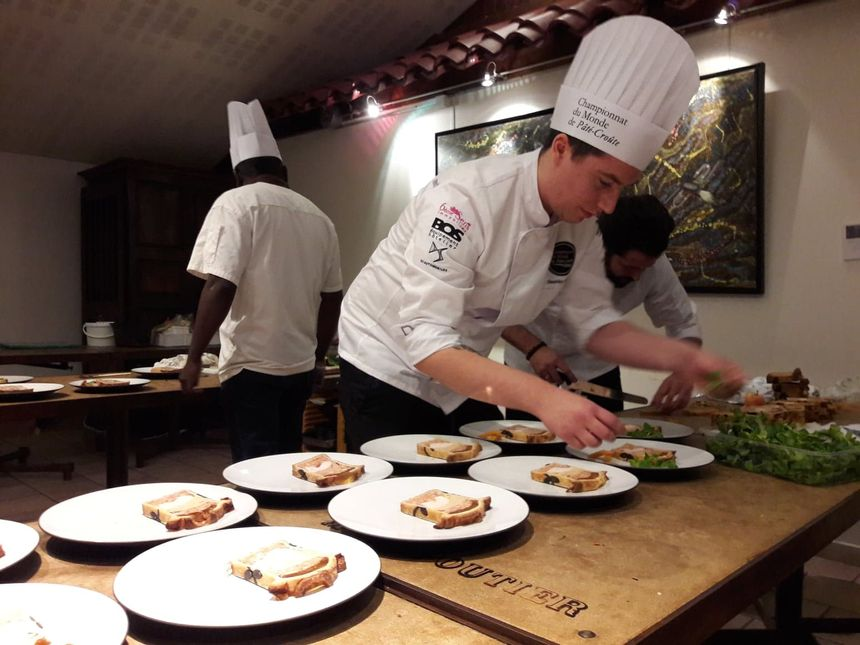 Les candidats préparent chaque assiette avant qu'elles ne soient apportés aux jurés