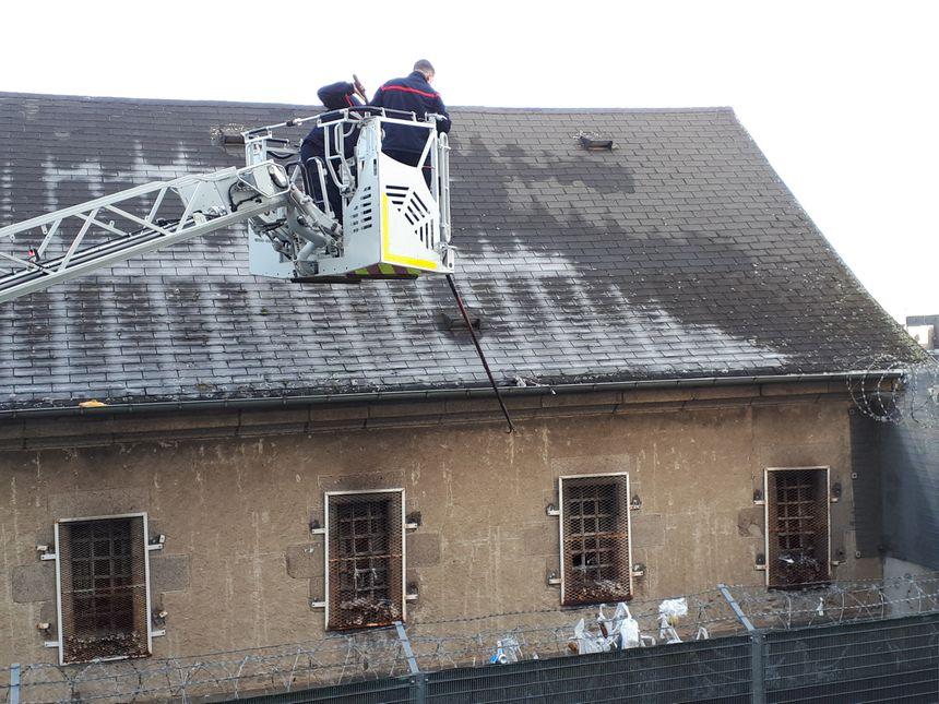 Les pompiers ont rapidement enlevé les colis coincés sur le toit de la prison