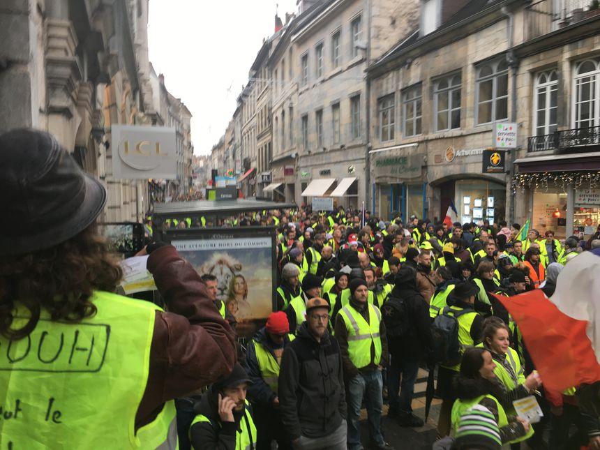 Près de 700 gilets jaunes ont défilé dans le calme dans les rues de Besançon