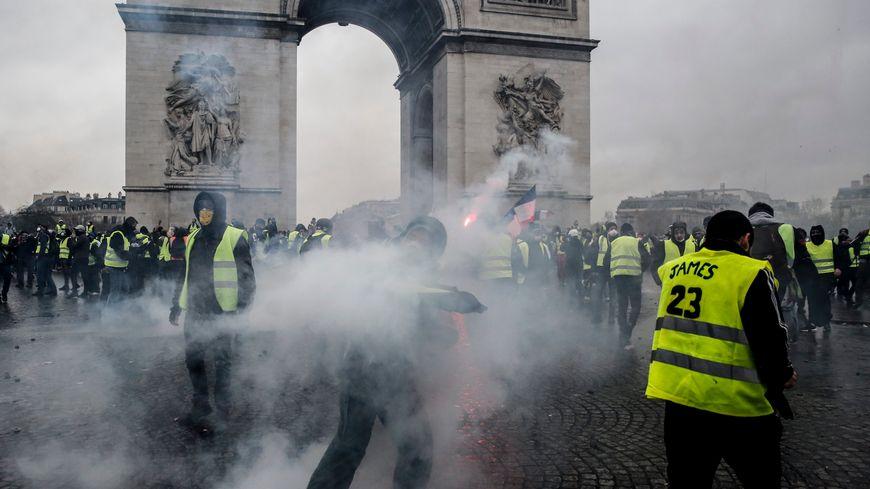 L'Arc de Triomphe investi par les manifestants