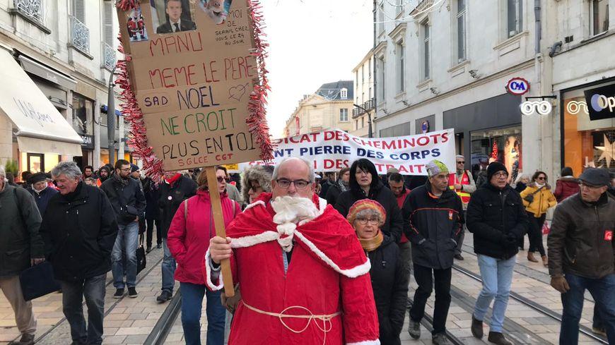 Les manifestants empruntent la rue Nationale à Tours