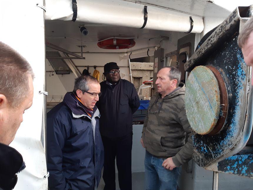 Le sous-préfet de Boulogne, Jean-Philippe Venin, a rencontré les pêcheurs et promis des patrouilles de police la nuit, sur les quais.