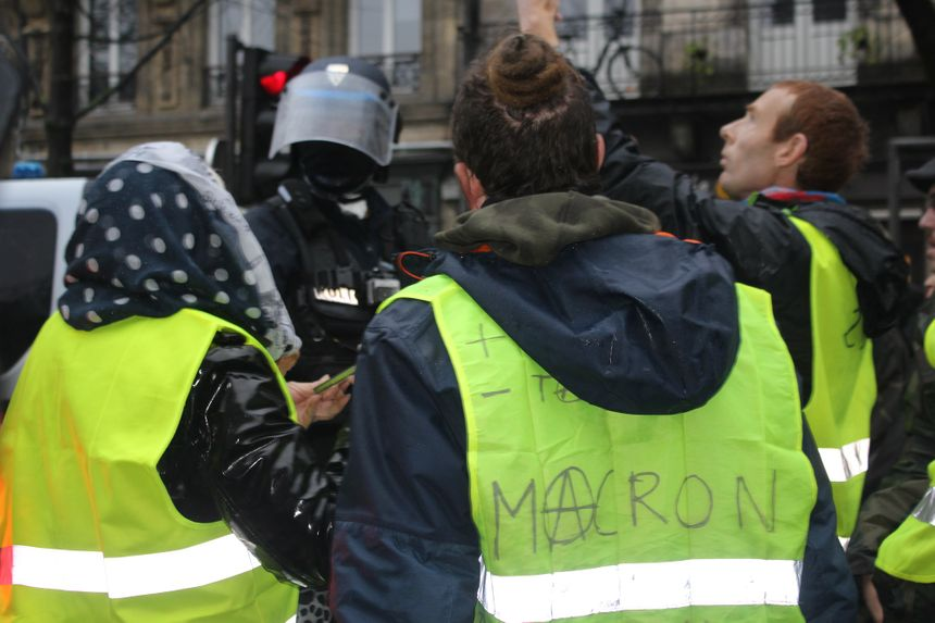Premières tensions cours Victor Hugo, où une quinzaine de policiers sont encerclés par des centaines de manifestants.