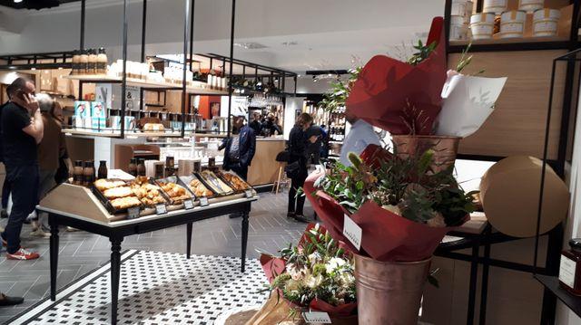 Un magasin concept de l'enseigne Casino, le « 4 » à Paris, qui ne ressemble plus au magasin classique tel qu'on l'entend, avec une boulangerie dès l'entrée et un bar en place central.