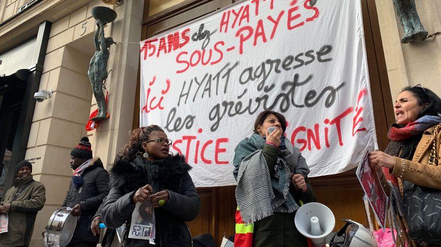 Piquet de grève devant l'entrée principale de l'hôtel de luxe le 20 décembre à Paris.