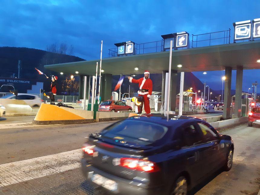 A Grésy-sur-Aix, certains ont troqué leurs gilets jaunes pour des costumes du Père Noël. En cadeau : péage gratuit !
