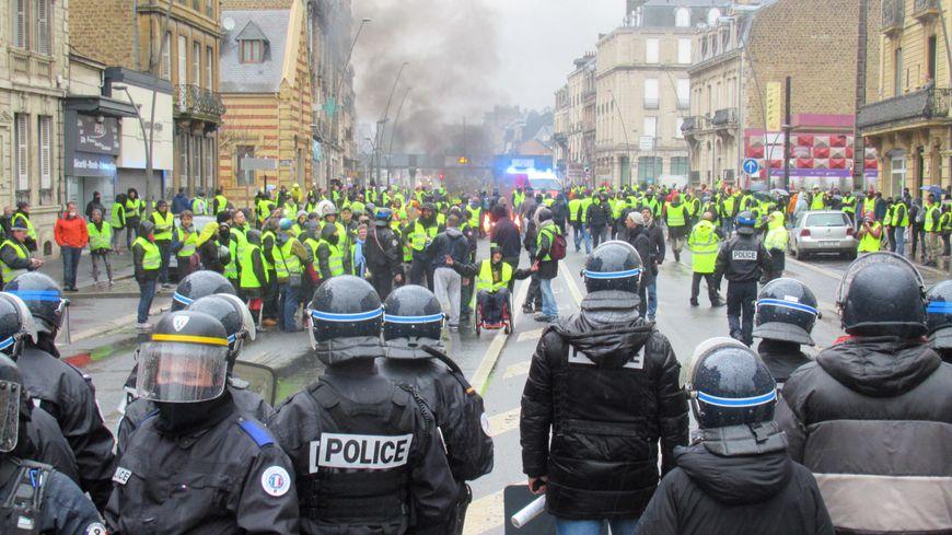 Quelques heurts entre gilets jaunes et policiers à Charleville-Mézières
