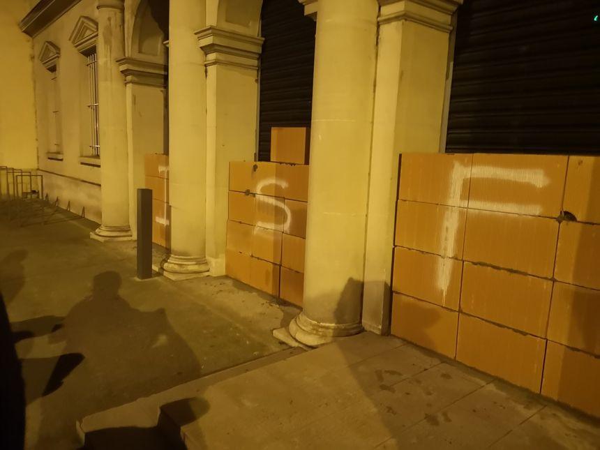 Les 3 entrées de la préfecture murées cette nuit par les gilets jaunes