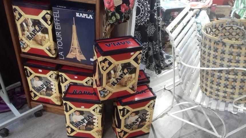 Des boites de Kapla entre plusieurs objets de décoration