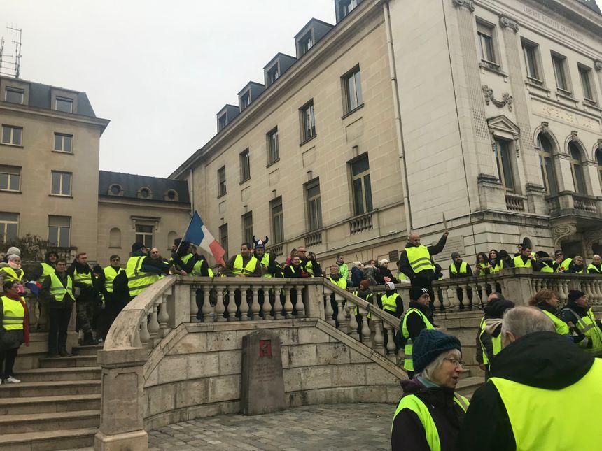 Certains gilets jaunes ont manifesté devant la mairie d'Orléans