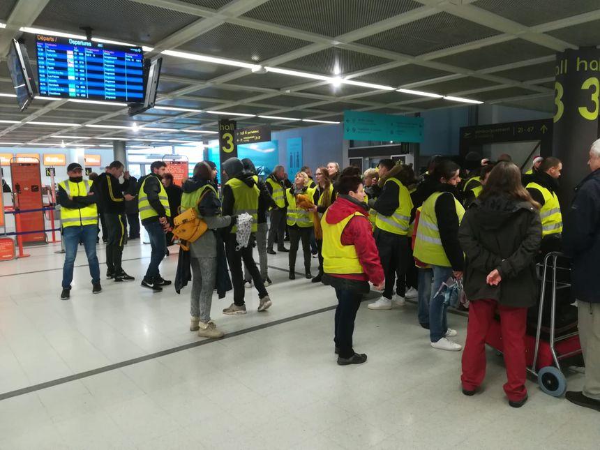 """Les """"gilets jaunes"""" sont rentrés dans l'aéroport de Nantes vers 10 h 30, ont manifesté, puis sont ensuite partis vers 11 h 20."""