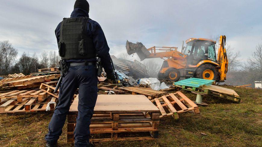 """Les forces de l'ordre détruisent un campement de """"gilets jaunes"""" à Limoges, le 18 décembre 2018."""