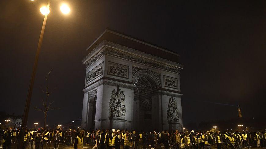 """Des scènes de violence ont marqué toute la journée de mobilisation des """"gilets jaunes"""" à Paris ce samedi."""