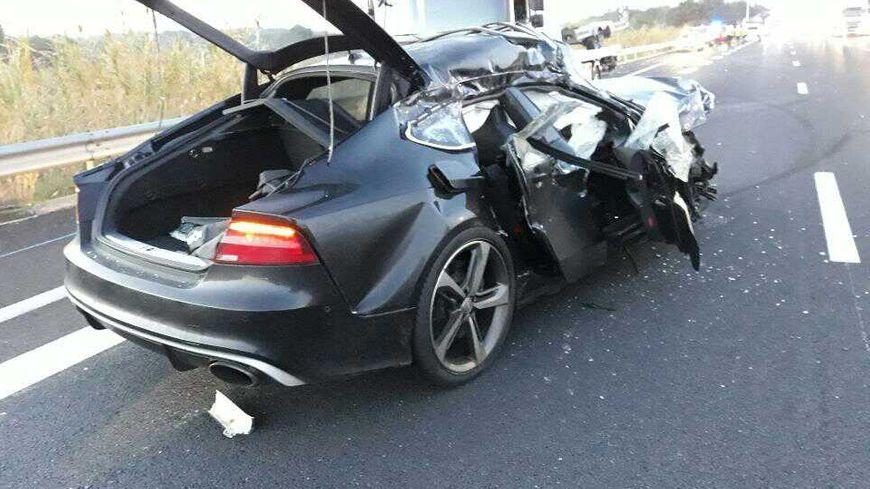 L'avant de la voiture a été complètement embouti par le choc mais le conducteur est sorti sain et sauf de cet accident.