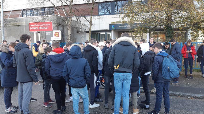 Une quarantaine de lycéens ont manifesté contre la réforme du bac professionnel maritime.