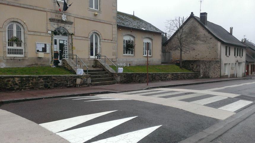 L'un des ralentisseurs installé devant la mairie-école de la Croisille et qui a évité un accident dramatique