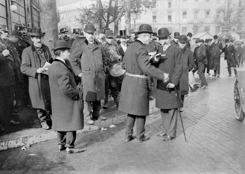 Louis Jean-Baptiste Lépine (avec la barbichette) à Paris le 1er mai 1906