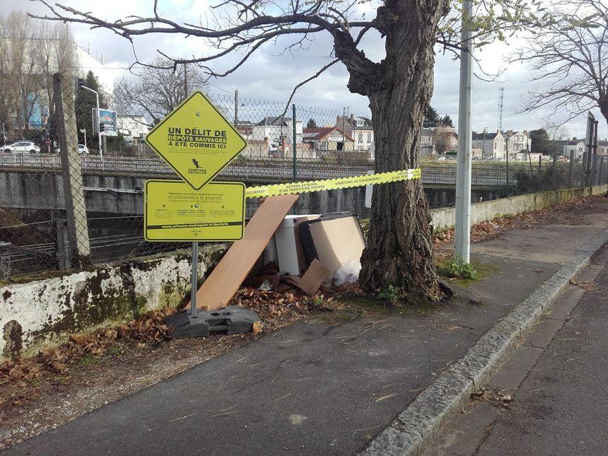 Des déchets abandonnés sur un trottoir à Orléans - Aucun(e)