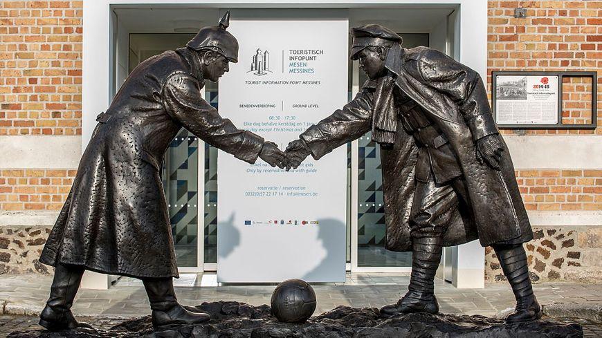 Statue d'Andrew Edwards représentant des soldats britanniques et allemands se serrant la main lors de la trêve de Noël de la Première guerre mondiale devant le point d'information touristique de Messines, en Belgique.