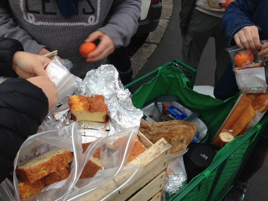 Les bénévoles ont distribué des sachets contenant des parts de cakes, des clémentines et des gâteaux.