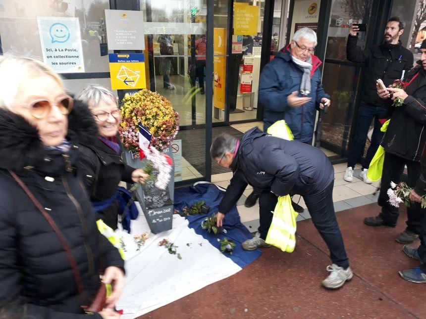 Dépot de fleurs devant les banques à ROyan